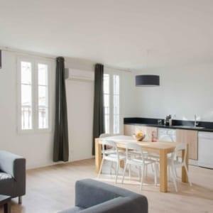 grande cuisine et salon dans colocation meublée