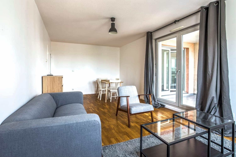salon lumineux d'une colocation meublée moderne