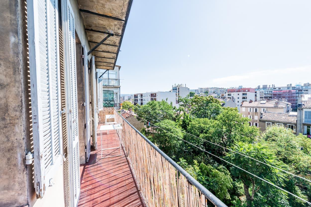 grande terrasse d'une colocation moderne