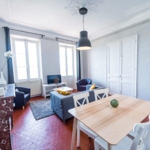 Salon d'un grand appartement en colocation équipée et moderne