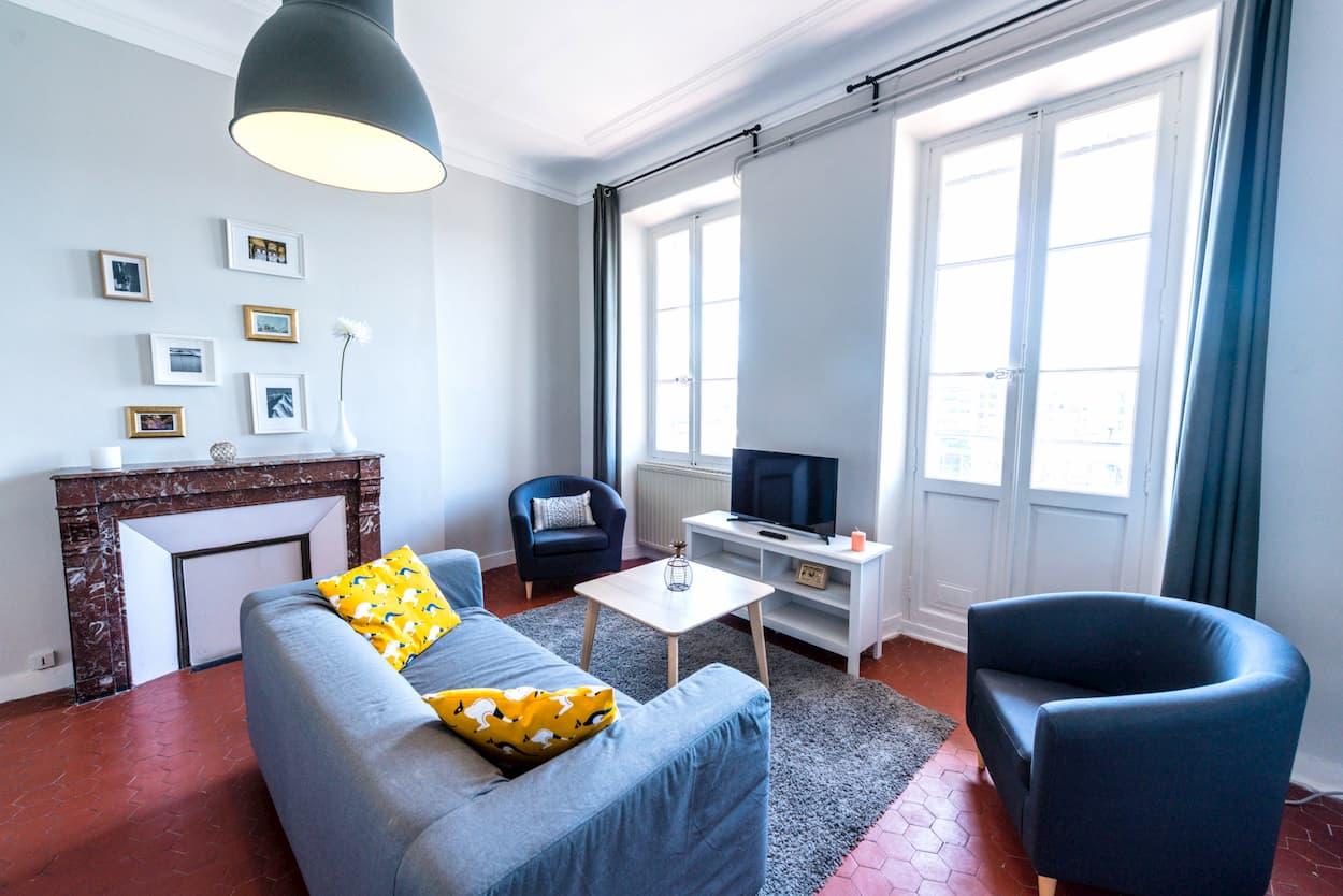 grand salon moderne d'une colocation meublée