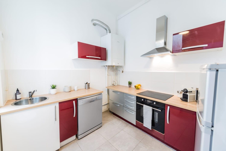 grande cuisine d'une colocation meublée moderne