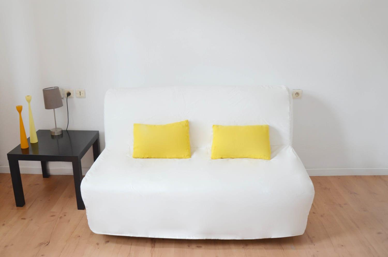 canapé lit moderne dans un appartement meublé