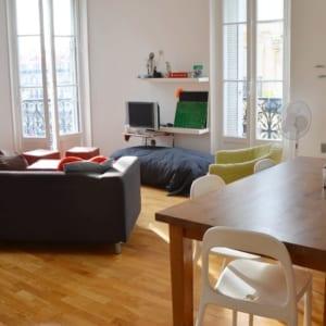 grand salon dans appartement meublé moderne et design