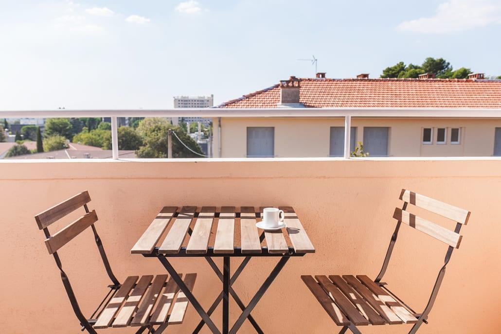 balcon d'une colocation meublée moderne