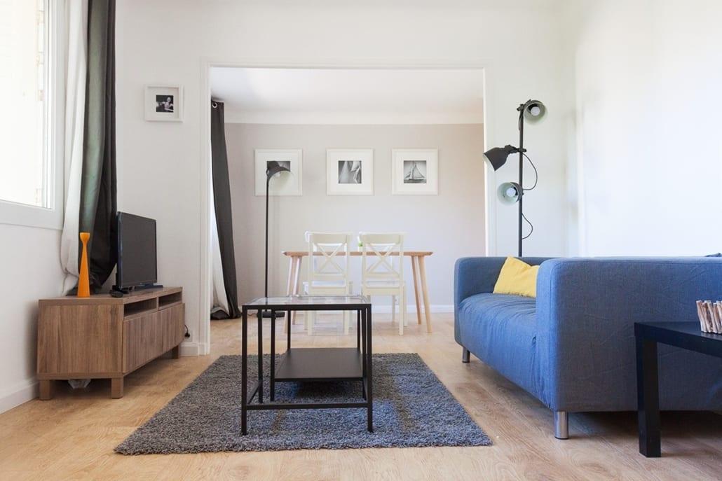 grand salon lumineux dans une colocation meublée
