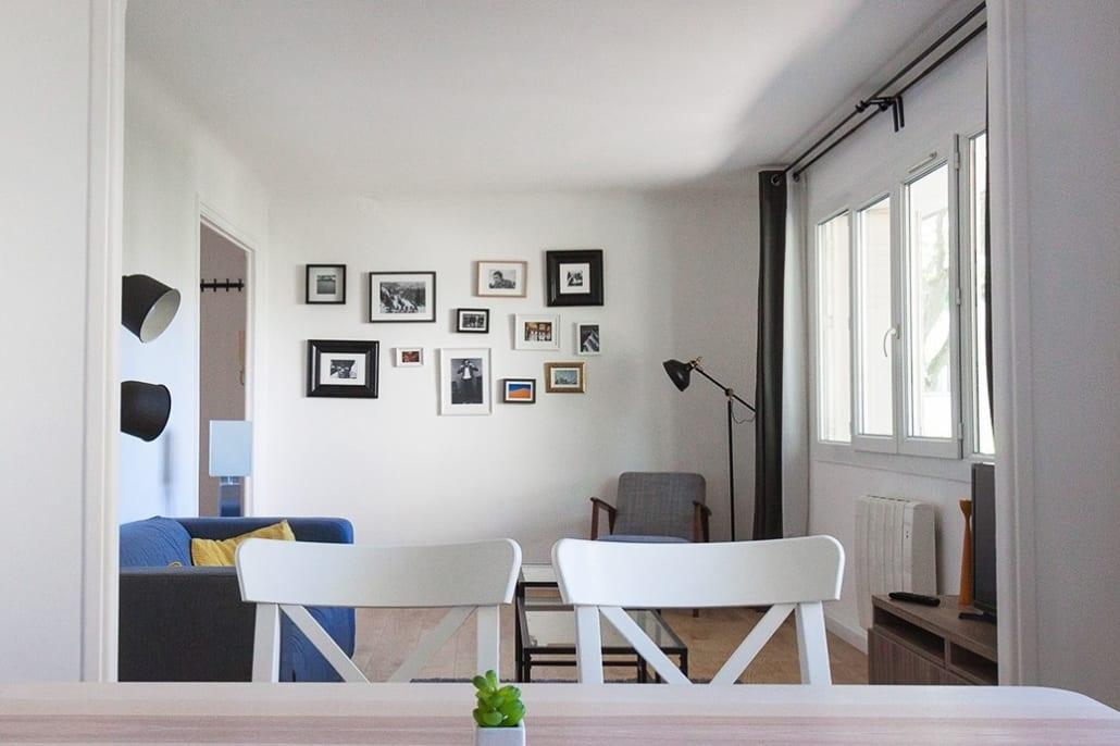grand salon dans une colocation meublée moderne