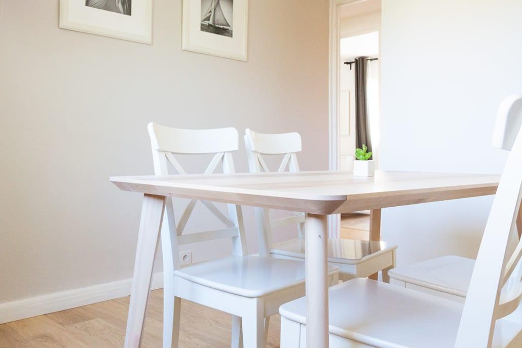 table dans un salon d'une colocation meublée