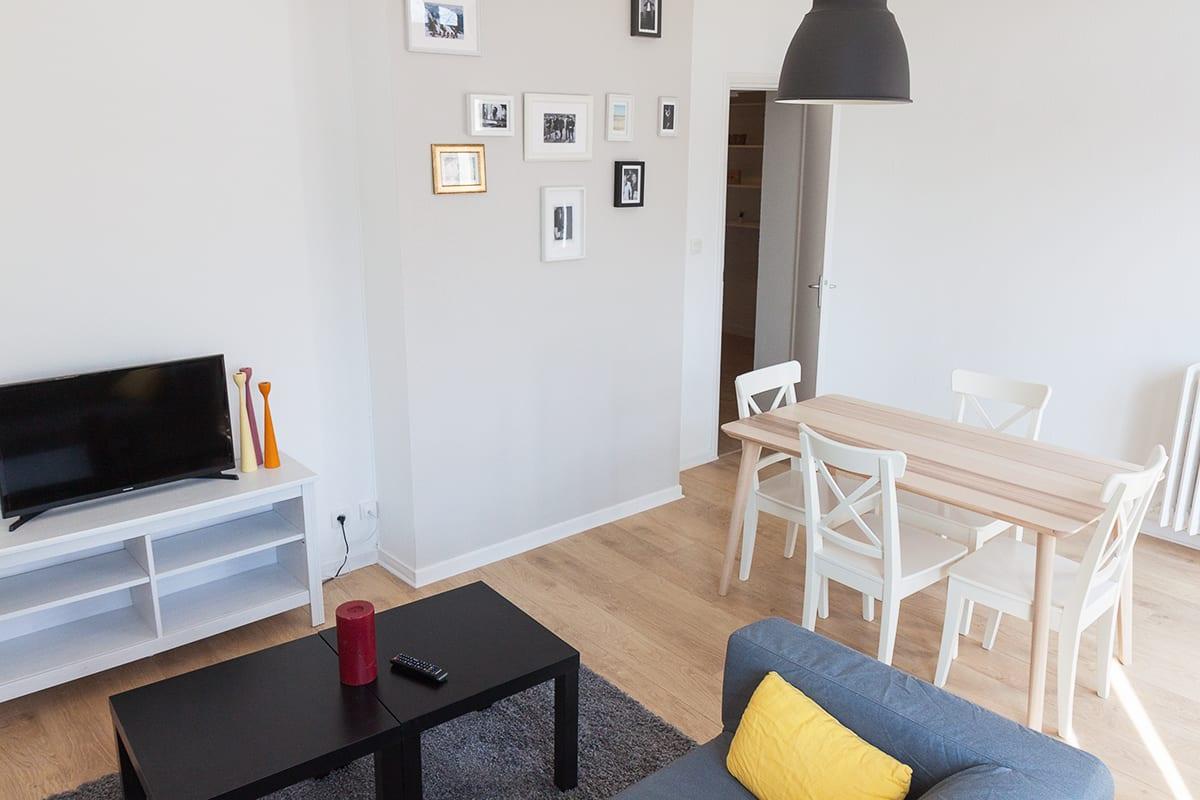 grand salon moderne dans une colocation meublée