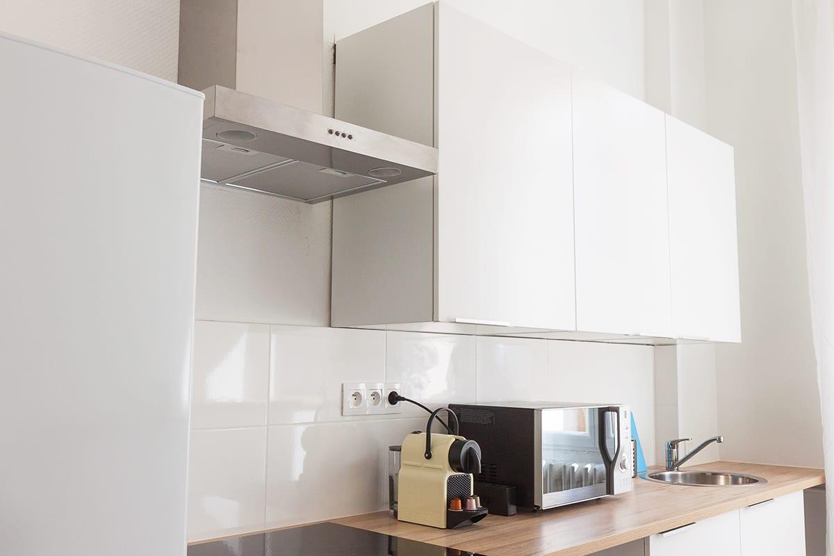 cuisine équipée et moderne dans une colocation meublée