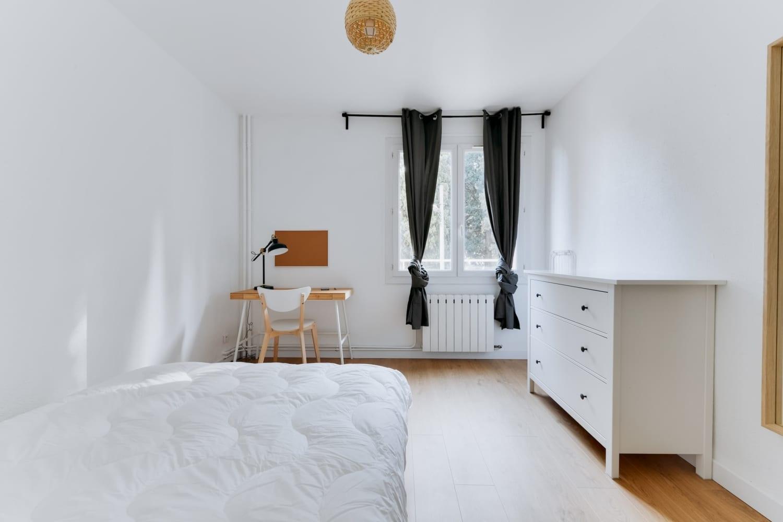 chambre équipée dans une colocation meublée moderne