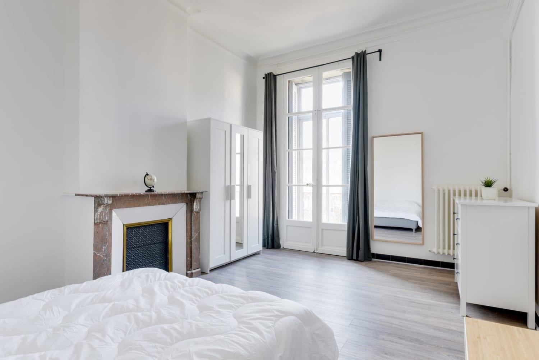 grande chambre dans une colocation meublée moderne