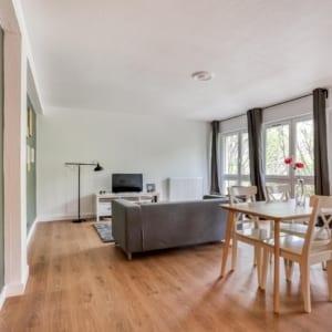 grand salon d'un appartement en colocation meublée et moderne
