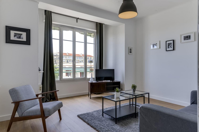 grand salon design dans une colocation meublée