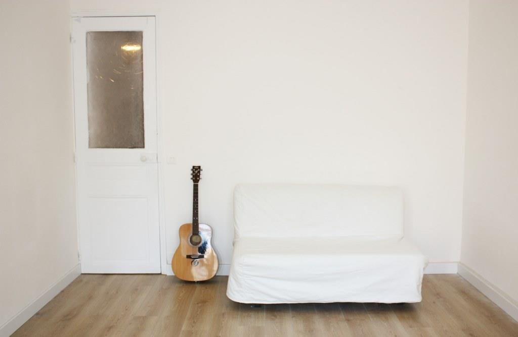 chambre avec canapé lit dans une colocation meublée