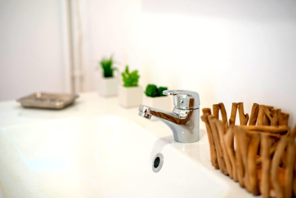 évier d'une salle de bain dans une colocation meublée