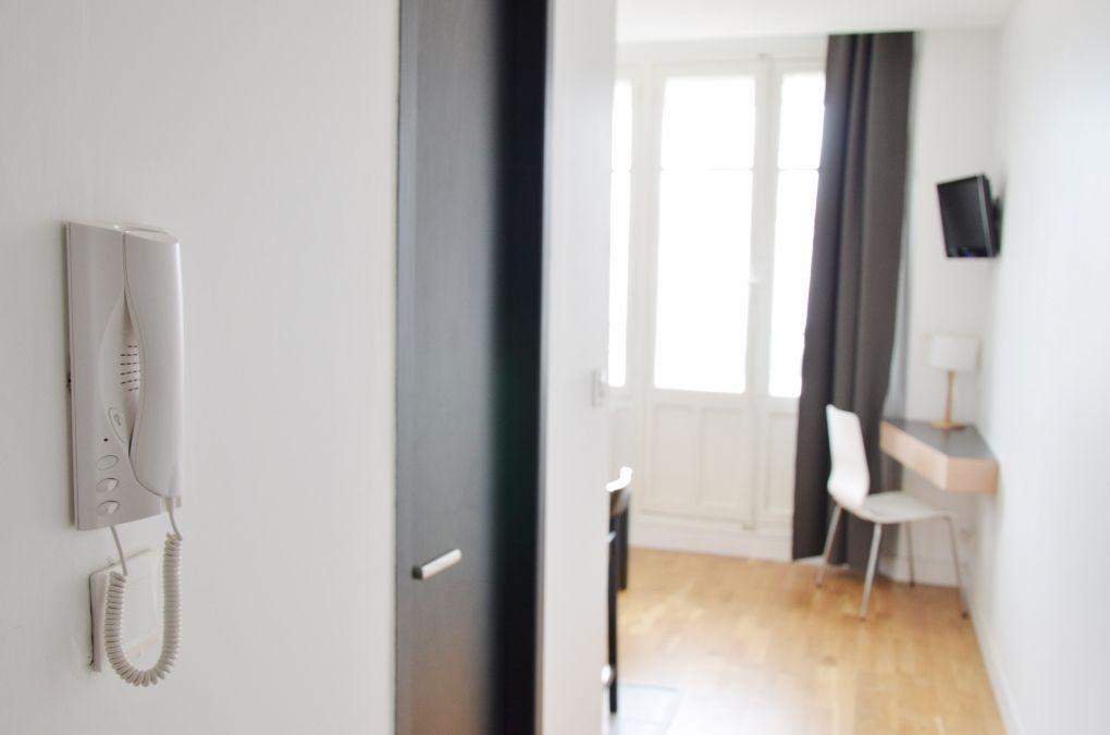 couloir d'un appartement meublé moderne