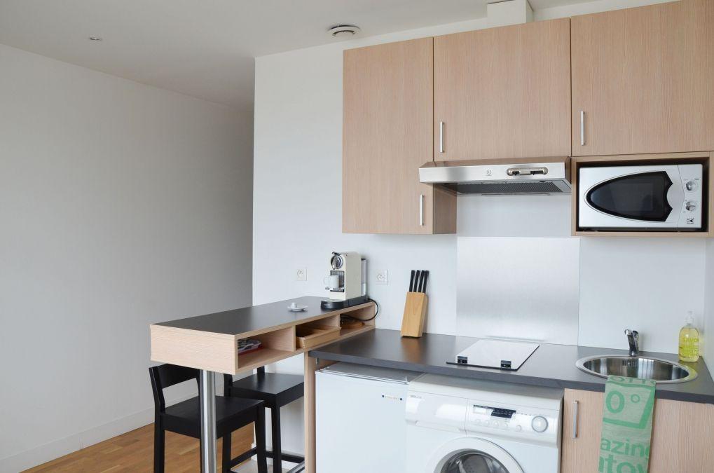 cuisine équipée dans studio meublé moderne