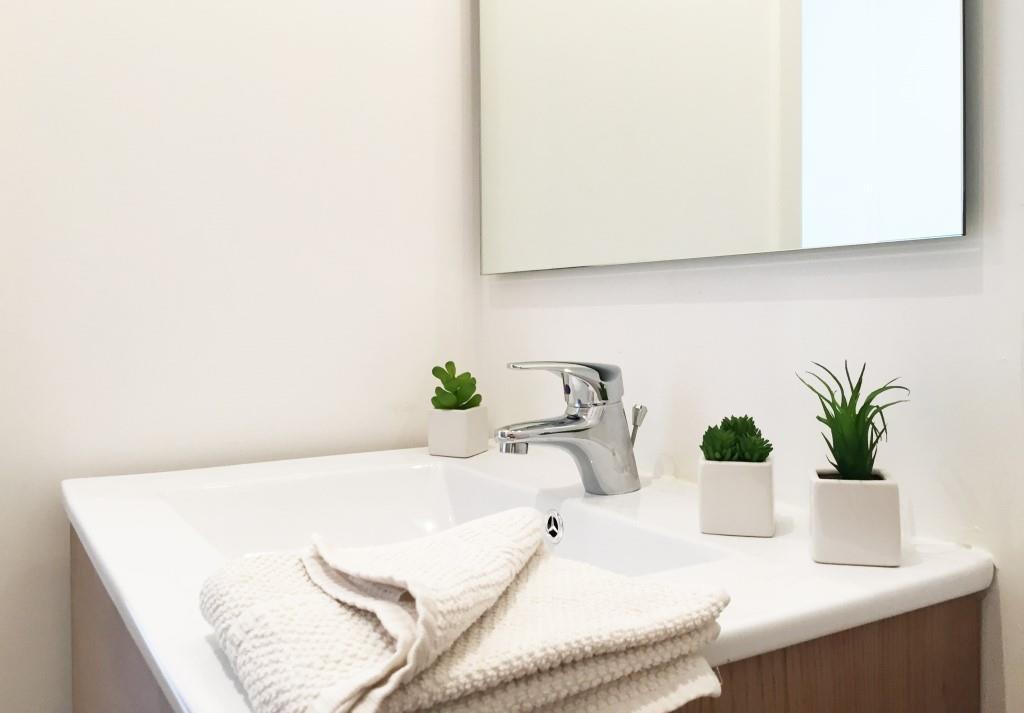 salle de bain moderne dans un studio meublé