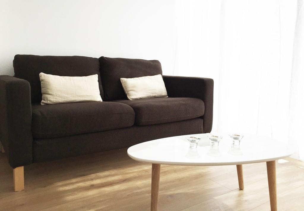 canapé et table basse dans un studio meublé moderne