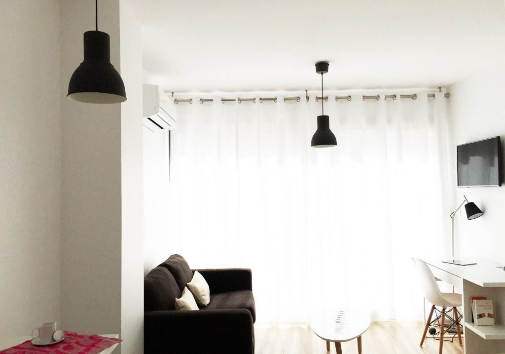salon lumineux dans un studio meublé moderne