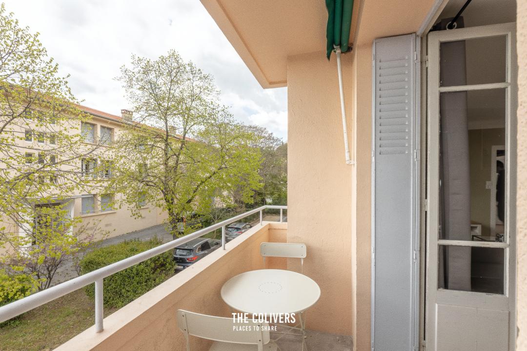 Petit balcon avec table